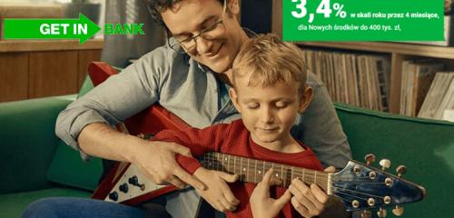 mężczyzna uczący dziecko grać na gitarze