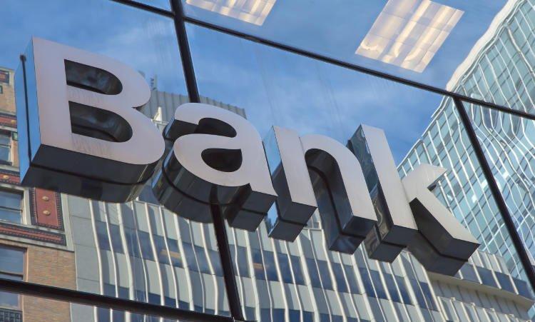 napis bank na szklanej fasadzie budynku