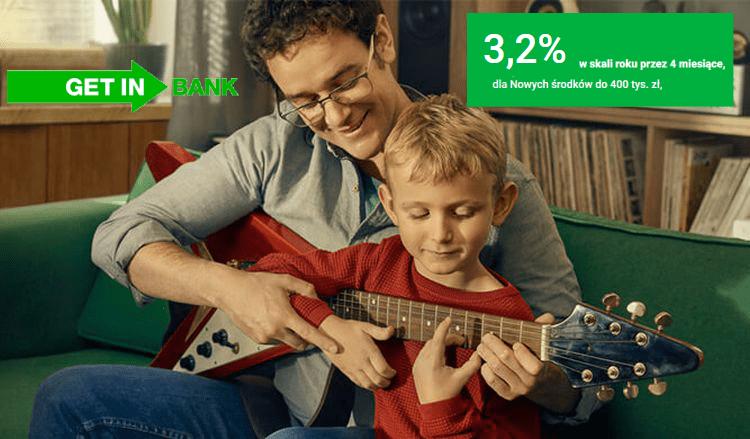 Mężczyzna uczący syna gry na gitarze
