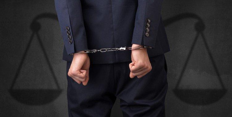 mężczyzna w garniturze w kajdankach