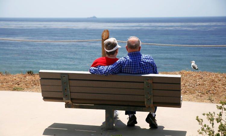 para emerytów siedzących na ławce