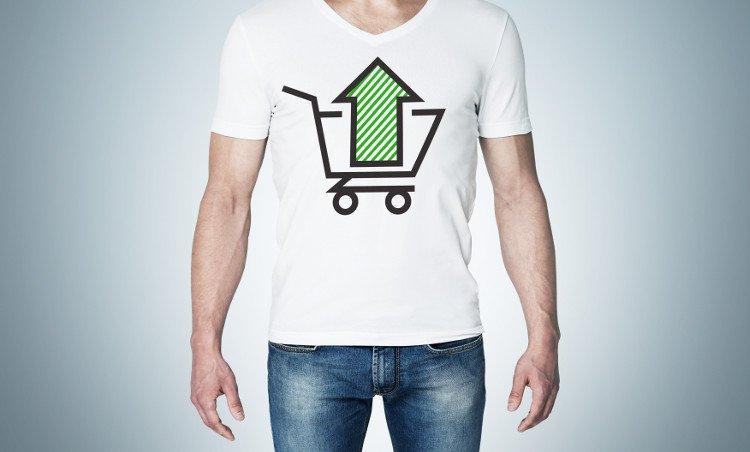 mężczyzna w białej koszulce z koszykiem sklepowym i zieloną strzałką skierowaną w górę