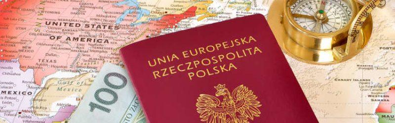 paszport, kompas i banknoty leżące na mapie