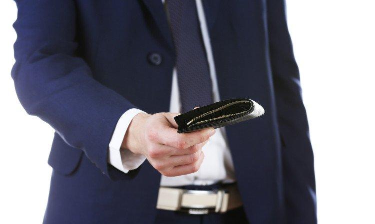 mężczyzna w garniturze z portfelem