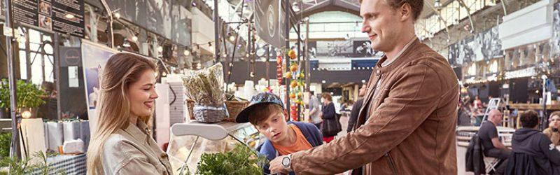 mężczyzna robiący zakupy na stoisku z roślinami