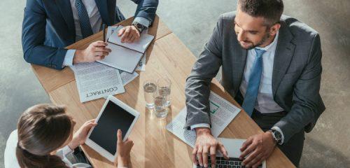 spotkanie biznesowe dwóch mężczyzn i kobieta