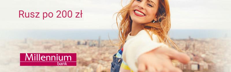Uśmiechnięta kobieta na tle panoramy miasta