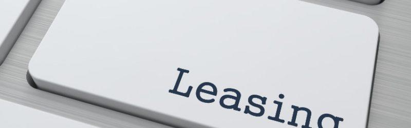 biały klawisz klawiatury z czarnym napisem leasing