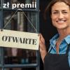 """kobieta trzymająca tabliczkę """"otwarte"""""""