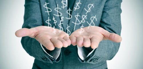 mężczyzna w garniturze z rozłożonymi dłońmi