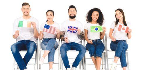 osoby z różnych stron świata z flagami w dłoniach