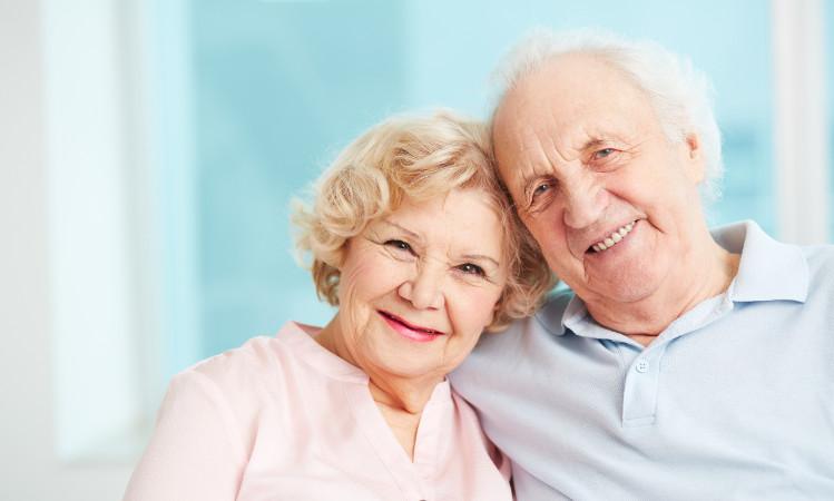para przytulających się do siebie emerytów