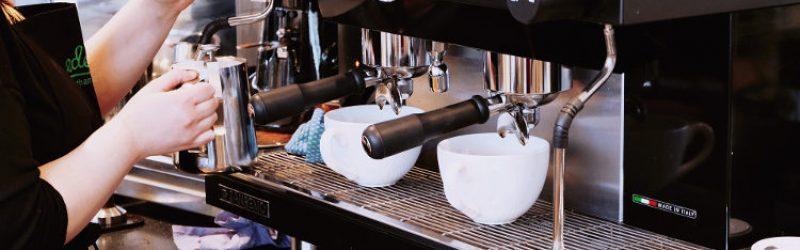 kobieta przygotowująca kawę z ekspersu