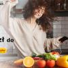 kobieta tańcząca w kuchni ze smartfonem w dłoni