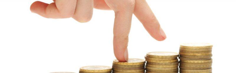 palce wchodzące na słupki z monet