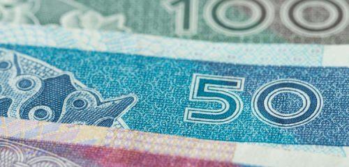 zbliżenie na banknoty 20 50 i 100 złotowe