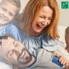 czteroosobowa rodzina bawiąca się na sofie