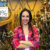 kobieta we flanelowej koszuli w sklepie rowerowym