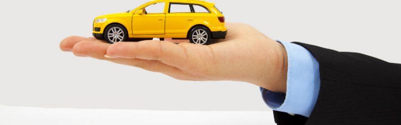 model samochodu na męskiej dłoni
