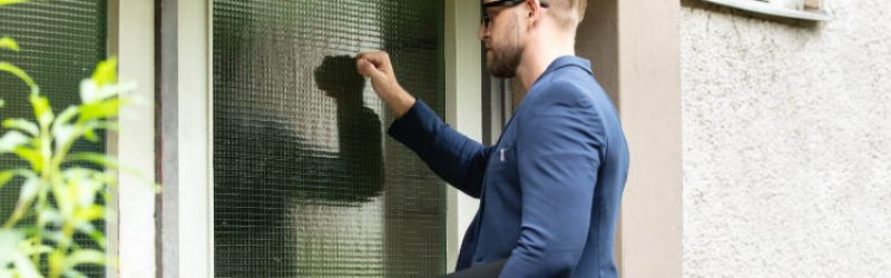mężczyzna pukający do drzwi