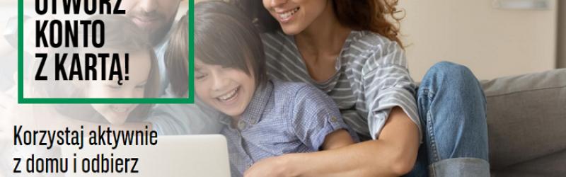 rodzina na sofie przed laptopem