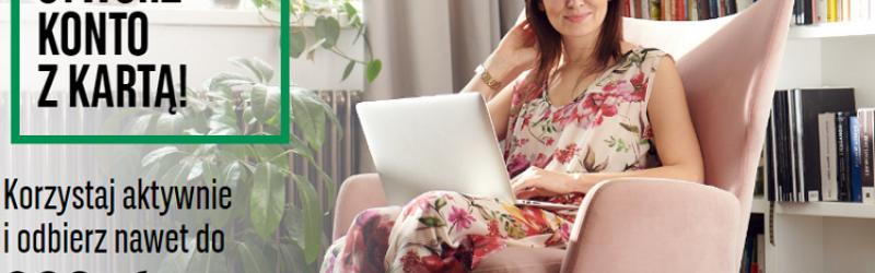 kobieta siedząca z laptopem na fotelu