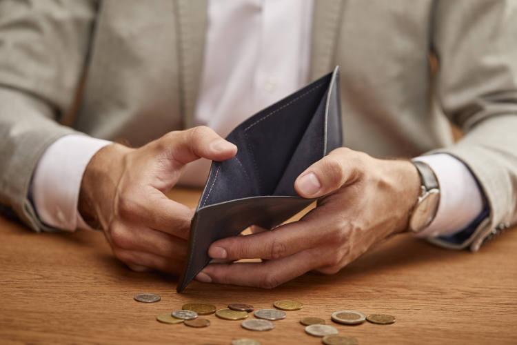 męskie dłonie z pustym portfelem