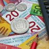 banknoty, monety i kalulator