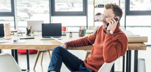 przedsiębiorca w biurze rozmawiający przez telefon