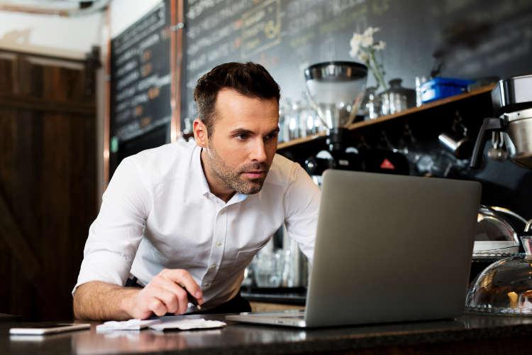 biorca przy komputerze w kawiarni
