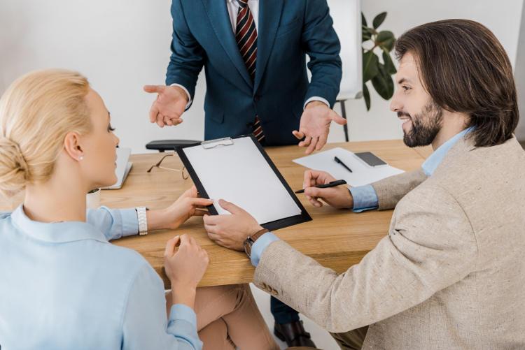 para na spotkaniu w banku analizuje umowę