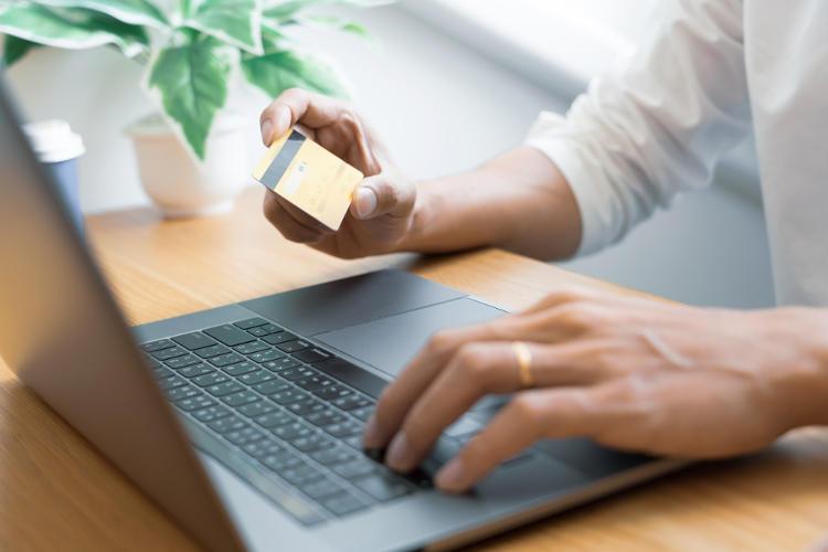 karta kredytowa w dłoni mężczyzny