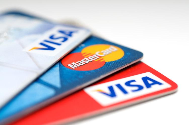 trzy karty płatnicze położone jedna na drugiej