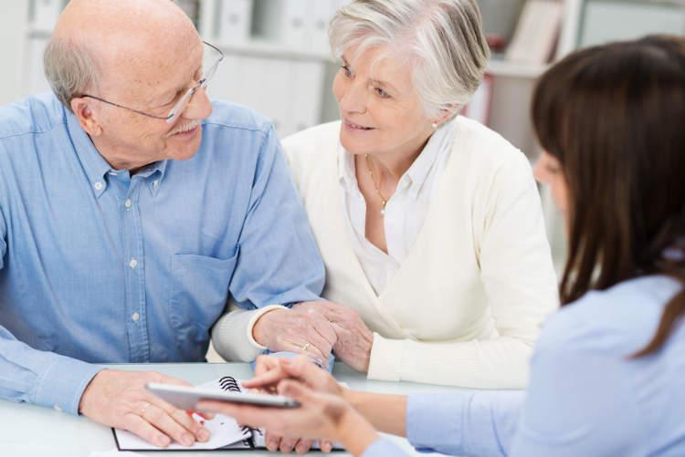 para emerytów na spotkaniu z pracownicą banku