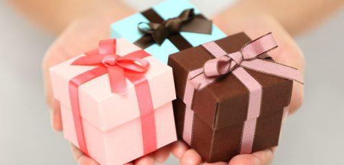 trzy małe prezenty na kobiecych dłoniach