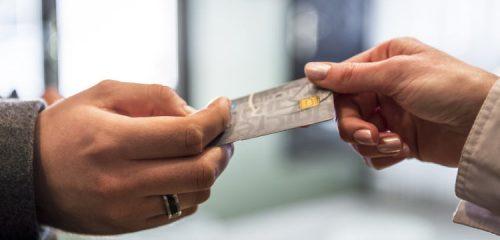 karta kredytowa przekazywana z dłoni do dłoni