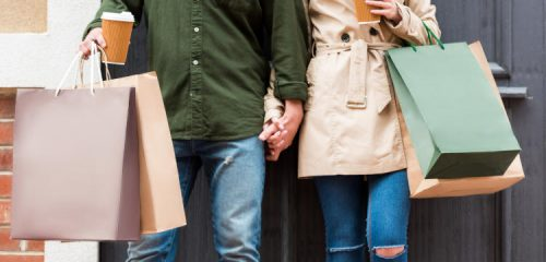 mężczyzna i kobieta z kolorowymi torbami z zakupami