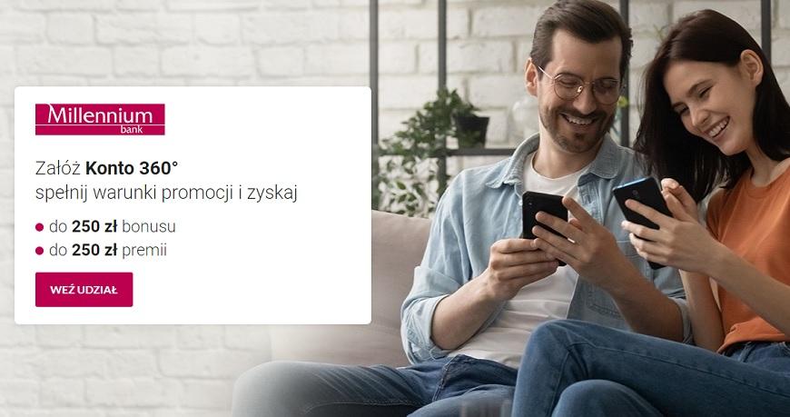 uśmiechnięci ludzie, którzy bawią się telefonem