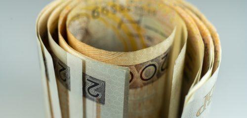zwinięte w rulon banknoty dwustuzłotowe