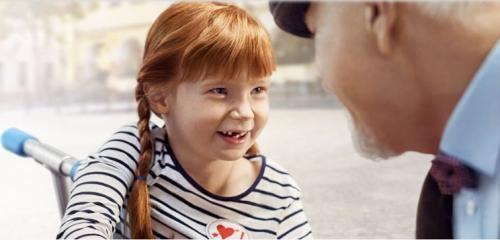 ruda dziewczynka patrzy w oczy swojego dziadka