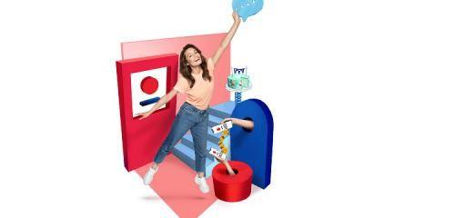 kobieta z uniesioną ręką w górze na tle grafik związanych z bankiem PKO BP