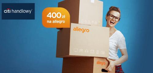 kobieta w okularach trzymająca w rękach kartony z logo allegro