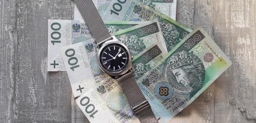 zegarek oraz polskie banknoty stuzłotowe